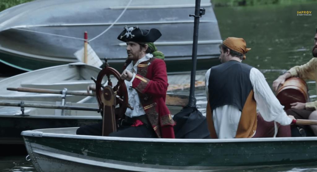 improvEverywhereの新作、海賊のフラッシュモブ